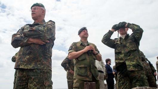Bundeswehr-Offiziere beobachten am 19. Juni eine Übung auf dem Truppenübungsplatz Altmark. Links Heeres-Inspekteur Generalleutnant Jörg Vollmer.