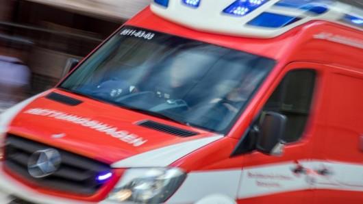 Ein Rettungswagen fährt mit Blaulicht zu einem Einsatz.
