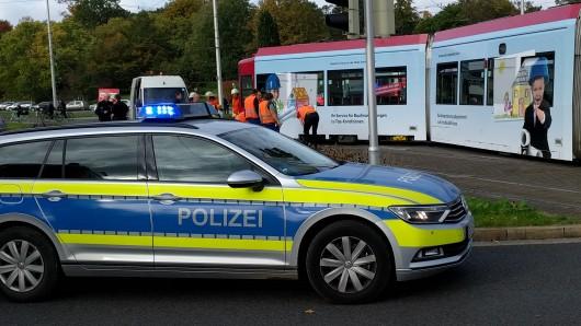 Eine Autofahrerin hatte beobachtet, die eine ältere Frau im Gleisbett der Straßenbahn stürzte - während sich ein Triebwagen näherte (Archivbild).