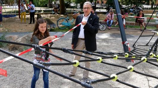 Die elfjährige Stine Lauchstädt gibt den Spielplatz frei; Bürgermeister Thomas Pink (CDU) assistiert.