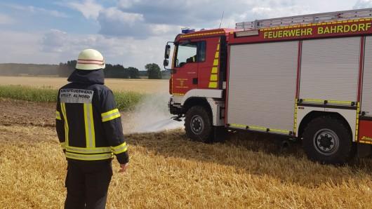 Die Feuerwehr nutzte ihre Frontsprühbalken und fuhr das Feld ab.