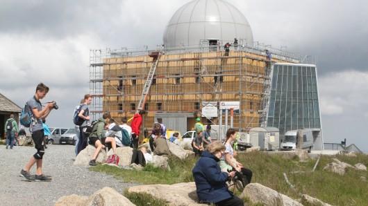 Die Handwerker sind fast fertig: Ab Samstag wird die vor zwei Jahren wegen Sanierungsarbeiten geschlossene Aussichtsplattform auf dem Brocken wieder zugänglich sein.