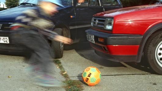 Ein dreijähriger Junge hat sich von der Hand seiner Mutter losgerissen und ist zwischen zwei Autos hindurch auf die Fahrbahn der Juliusstraße gerannt (Symbolbild).