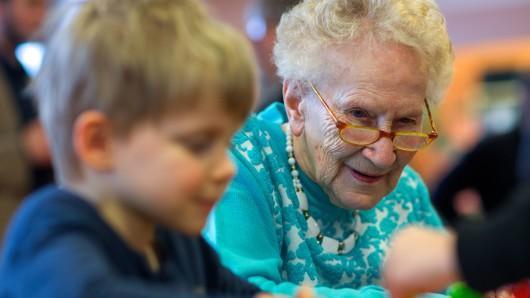 In Wolfsburg leben immer mehr ältere Menschen, die den Anschluss an die jungen Generationen verlieren. (Symbolbild)