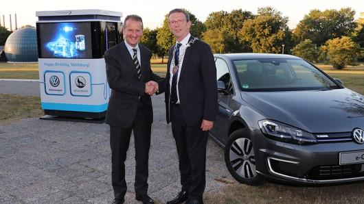 Zum 80. Stadtgeburtstag schenkte VW-Vorstandschef Herbert Diess (l.) Wolfsburg zwölf mobile Elektro-Ladesäulen im Gesamtwert von zehn Millionen Euro. Oberbürgermeister Klaus Mohrs (SPD) freut's.