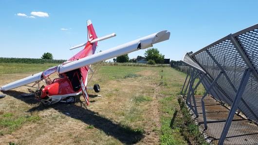 Bruchlandung in Magdeburg: Die beiden Insassen dieses Sportflugzeugs wurden schwer verletzt.