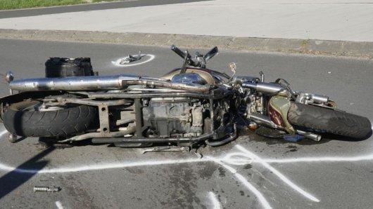 Zwei Motorradfahrer wollten einen Rettungswagen überholen und bauten selbst einen Unfall (Symbolfoto).
