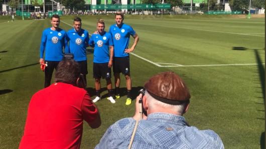 Die vier Neuzugänge des VfL präsentieren sich vor dem ersten Training: Pavao Pervan (v.l.), Daniel Ginczek, Felix Klaus und Wout Weghorst.
