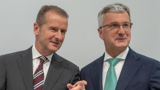 Der eine sitzt, der andere spricht: VW-Konzernchef Herbert Diess (l.) kann die Verhaftung von Audi-Vorstandschef und VW-Vorstandsmitglied Rupert Stadler nicht so richtig verstehen.