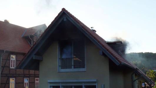Warum das Feuer im Obergeschoss dieses Einfamilienhauses in Wernigerode ausbrach, ist noch unklar.