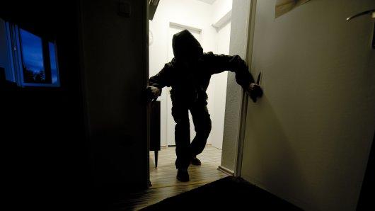 Auffällig ist, dass trotz Beleuchtung und Anwesenheit der Eigentümer die Täter in das Haus eingedrungen sind (Symbolbild).