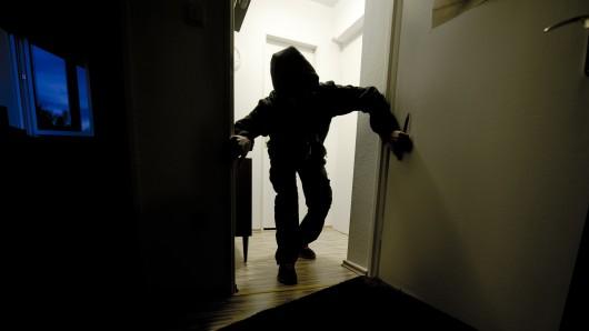Die Einbrecher sind durch die Kellertür eingestiegen - von dem Krach wurde die Bewohnerin wach. (Symbolbild)