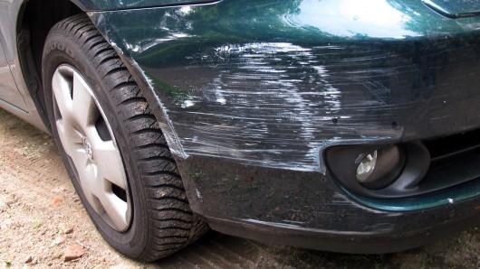 Ein grüner Golf ist von einem anderen Wagen gerammt worden. (Symbolbild)
