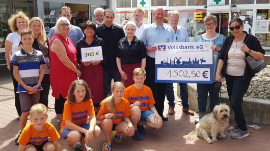 Görge-Mitarbeiter sowie Empfänger der Spenden bei der symbolischen Übergabe am Saarplatz.