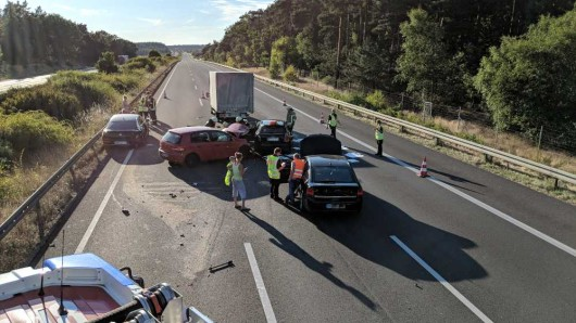 Insgesamt fünf Fahrzeuge sind auf der A2 ineinander gefahren.