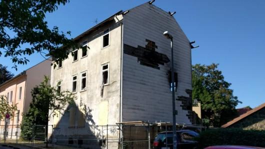 Teile des Daches sind zwar abgetragen - aber das im Januar ausgebrannte Wohnhaus in der Hochstraße steht noch immer.