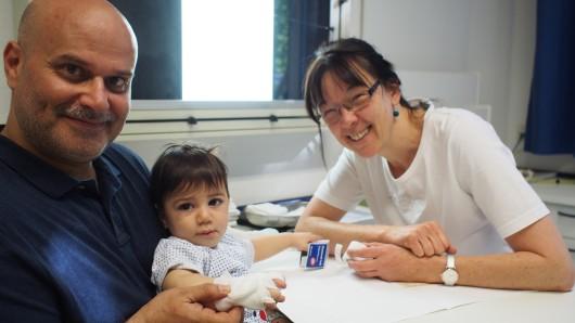 Oberärztin Silke Juras bei der Nachsorge (rechts)  mit dem jungen Patienten aus Dubai und seinem Vater.