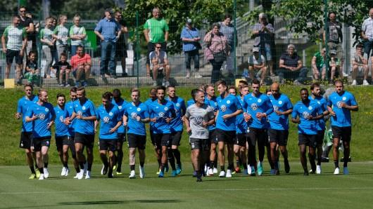Die Wolfsburger trainieren wieder. Jetzt hat sich Ismail Azzaoui verletzt (Archivbild).