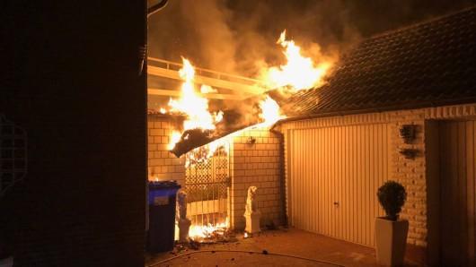 Zwei Menschen wurden aus dem Gebäude gerettet.