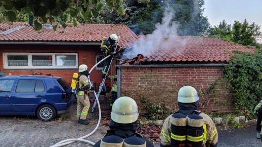 Der Dachstuhl einer Garage hat angefangen zu brennen.