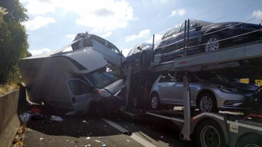 Mit nur leichten Verletzungen hat der Fahrer dieses Kleintransporters den Zusammenprall mit einem Autotransporter überstanden.