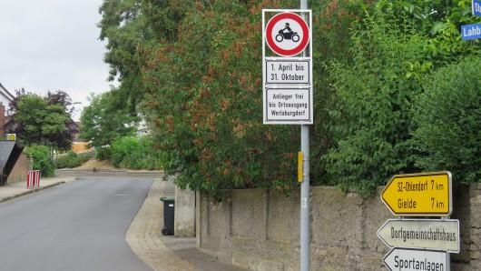Dieses Schild macht klar: Ab sofort haben Motorradfahrer hier nichts mehr zu suchen - bis einschließlich 31. Oktober.