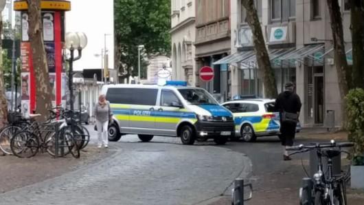 Einen Flüchtigen konnten die Beamten fassen, die Suche nach einem zweiten mutmaßlichen Ladendieb läuft noch.