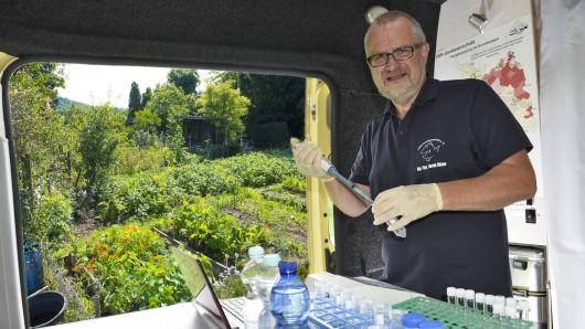 Der Diplom-Physiker Harald Gülzow vom Verein VSR-Gewässerschutz bietet die Wasser-Untersuchung am 25. Juli in Helmstedt an.