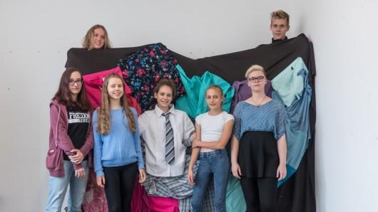 Jugendliche haben in Peine modische Einzelstücke für das Kreismuseum kreiert.