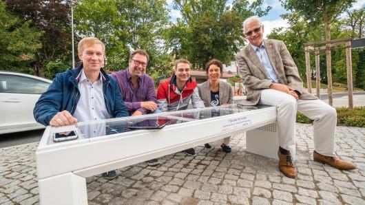 Vertreter der Regionalen Energie-Agentur REA, der Avacon und der Stadt Schöningen freuen sich über die neue digitale Sitzbank am Schöninger Busbahnhof: Immo Ulbricht (v.l.), Frank Schulze, Gunnar Heyms, Antje Klimek und Bürgermeister Henry Bäsecke.