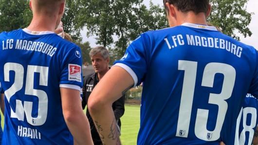 Trainer Jens Härtel gibt in der Halbzeitpause Anweisungen - trotzdem kamen die Zweitliga-Neulinge nicht über ein Unentschieden über Regionalligist VfB Lübeck hinaus.