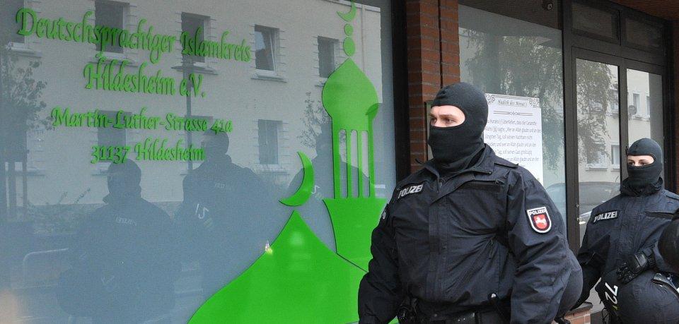 Polizeibeamte vor der ehemaligen Moschee des im vergangenen Jahr verbotenen Deutschsprachigen Islamkreises Hildesheim; hier zieht nun die Lebenshilfe ein (Archivfoto).