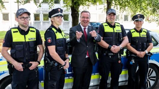 Innenminister Boris Pistorius (SPD, Mitte), präsentierte am Donnerstagvormittag die neue Dienstkleidung der Polizisten in Niedersachsen.