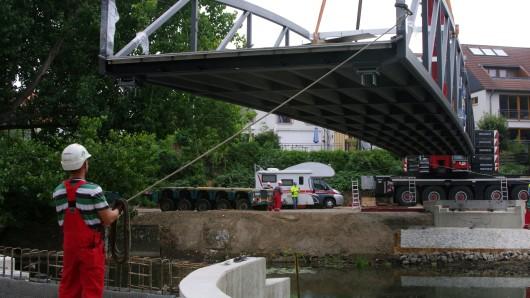 Ein Seil genügt, um die Brücke an die richtige Stelle zu bugsieren.