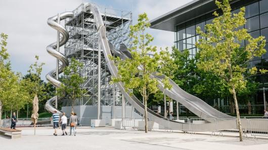 Der 15 Meter hohe Rutschenturm, der zum Sommerfestival aufgebaut ist.