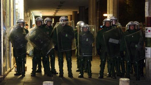 Erst mit Verstärkung ist es der Polizei gelungen, eine Feier von Neonazis in Magdeburg aufzulösen (Symbolbild).