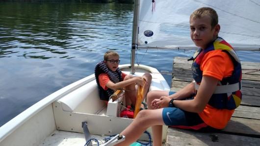 Hendrik (10) und Lukas (12, rechts) segeln am Südsee.