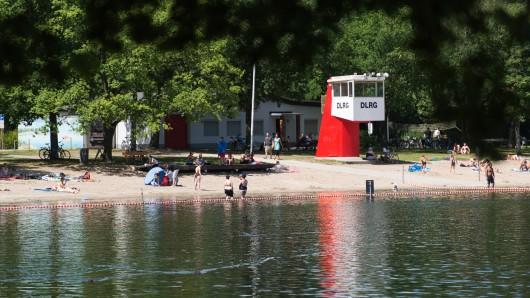 Am Silbersee in Langenhagen haben Badegäste einen kleinen Jungen im Wasser gefunden. (Archivbild)