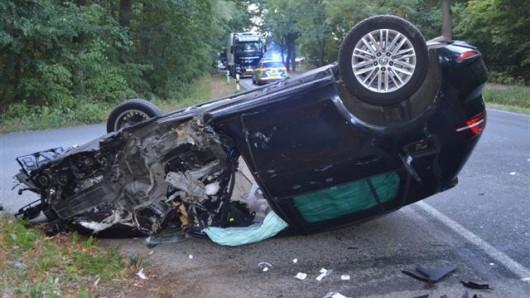 Die 21 Jahre alte Fahrerin aus Wolfsburg war in ihrem Auto eingeklemmt.