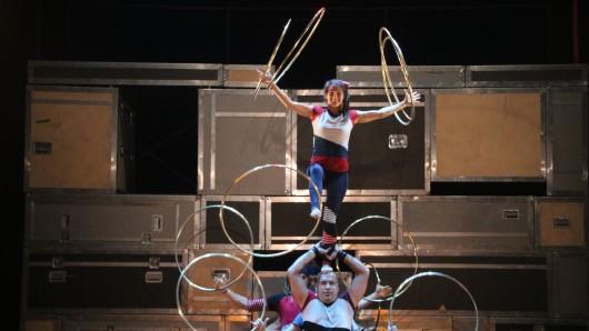 Die Akrobaten-Truppe Flip Fabrique zeigt ihre Kunststücke beim Sommerfestival der Autostadt.