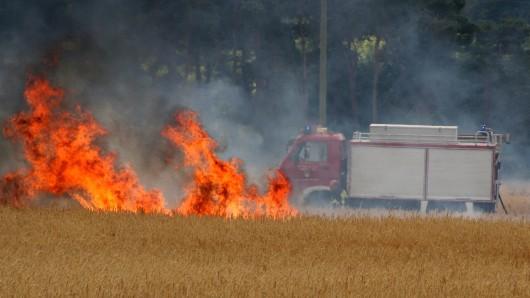 Falls es zu einem Flächenbrand kommt, sollen die Landwirte im Landkreis Peine Wasser- und Güllefässer bereit halten: Hier ein Feldbrand im Landkreis Helmstedt (Archivbild).