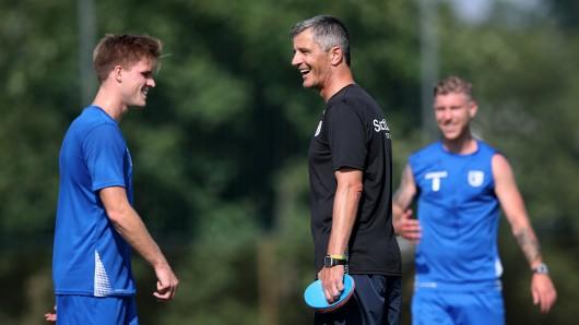 Magdeburgs Trainer Jens Härtel (2.v.r.) kann mit seinem Neuzugang Marius Bülter (l.) zufrieden sein. Jener traf zwei Mal.