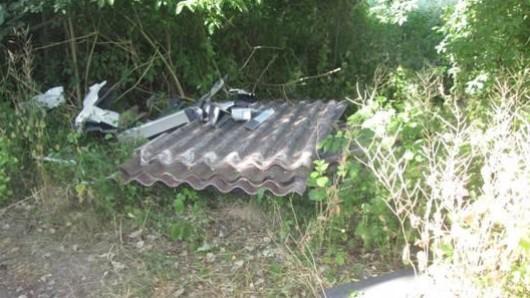 In einem Naturschutzgebiet bei Königslutter hat der Unbekannte die Asbestplatten abgeladen; die Polizei Königslutter hofft auf Zeugen, die Hinweise auf den Täter geben können.