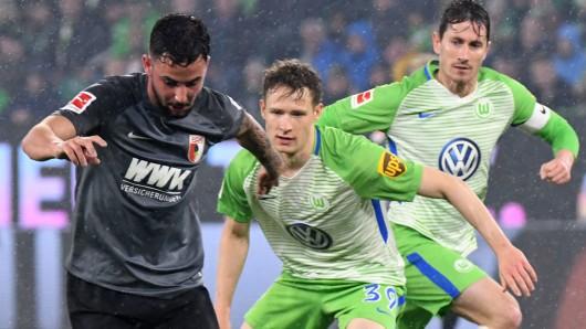 Paul Jaeckel (M.), hier im Bundesligaspiel gegen den FC Augsburg, hat beim VfL vorerst wohl keine Chance, zu einer nennenswerten Zahl an Einsätzen zu kommen. Zu groß ist die Konkurrenz in der Abwehr (Archivfoto).