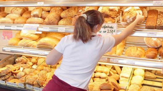 Erst hatte sich ein 18-Jähriger von der Verkäuferin Brötchen einpacken lassen - dann spurtete er aus dem Laden. Doch die Frau nahm die Verfolgung auf... (Symbolbild).