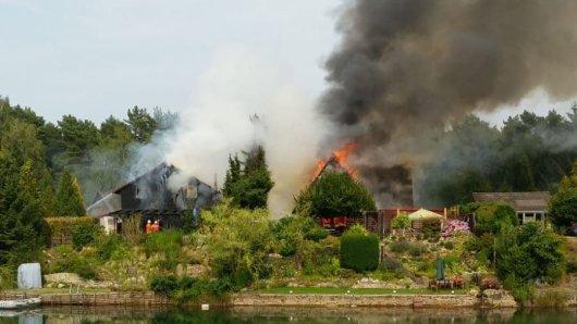 Die hölzernen Häuser hatten dem Feuer wenig entgegenzusetzen. Nur durch das schnelle Eingreifen der Feuerwehr erfassten die Flammen nicht noch weitere Gebäude oder den Wald.