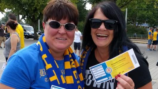 Silvia und Anja: Wir haben schon alle Auf- und Abstiege hinter uns. Wir hoffen, Eintracht kommt wieder in die zweite Liga. Mit einem Sieg heute gegen Waldhof Mannheim könnten sich die Jungs schon mal viel Selbstbewusstsein holen, sind sie überzeugt.