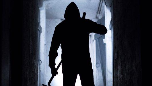 Maskierte Einbrecher haben ein schlafendes Paar in seinem Haus überfallen und schwer misshandelt; anschließend flüchteten sie mit einer hohen Bargeldsumme (Symbolbild).