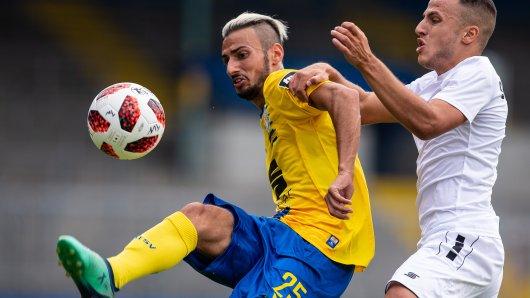 Onur Bulut (l.) im Zweikampf mit Mete Celik von Waldhof Mannheim. Am Ende musste sich Eintracht Braunschweig in der Generalprobe für das erste Saison-Pflichtspiel am kommenden Freitag mit 1:3 (1:2) geschlagen geben.