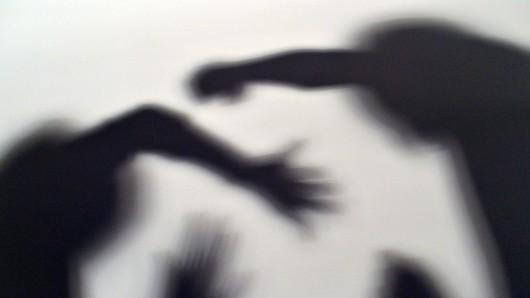 Mit Schlägen ins Gesicht wurden die Opfer ruhig gestellt, dann wurden sie beraubt (Symbolbild).